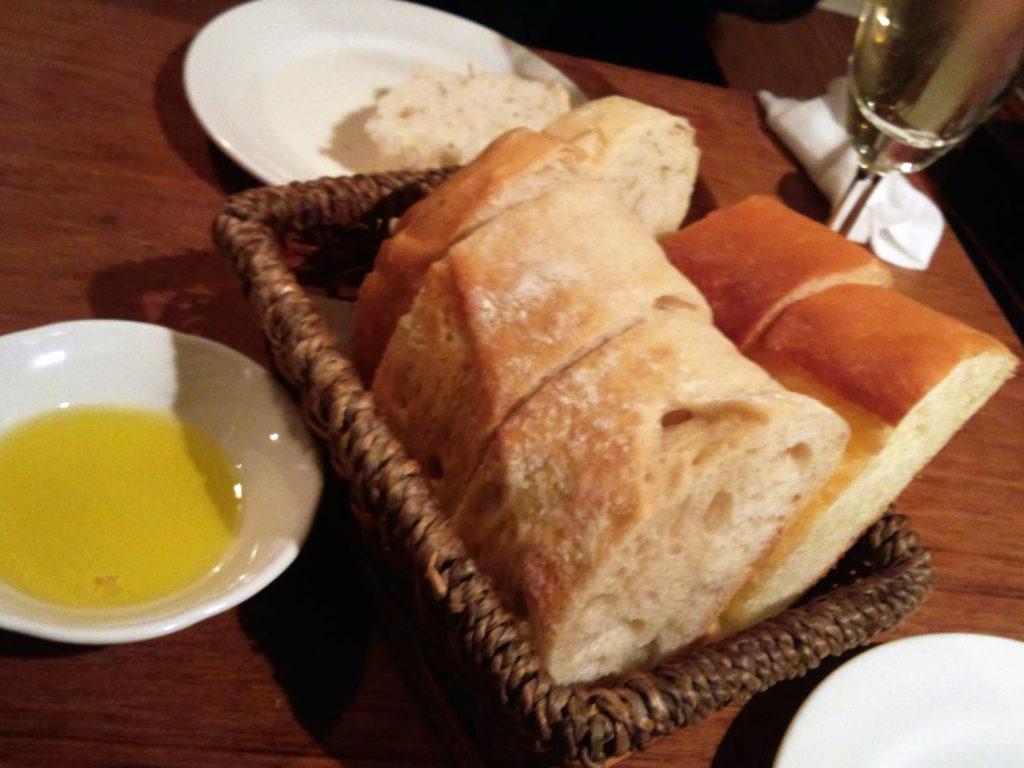 『イタリアンバル UOKIN 新橋店』お通しのパン