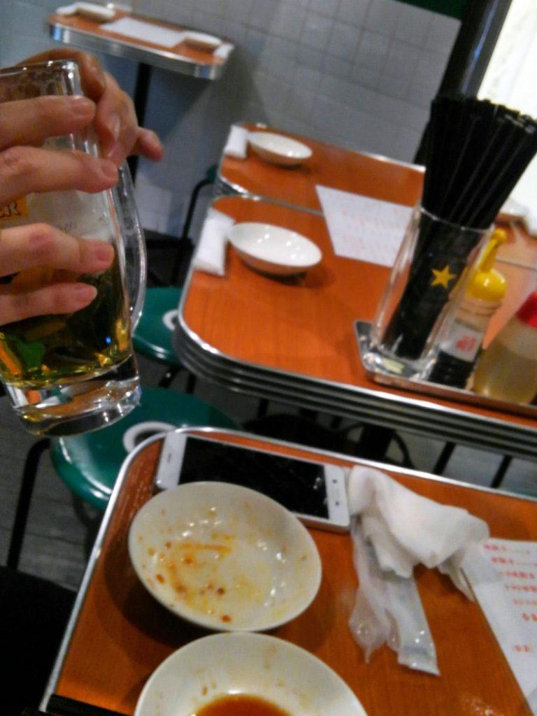 新橋『味満餃子』テーブル